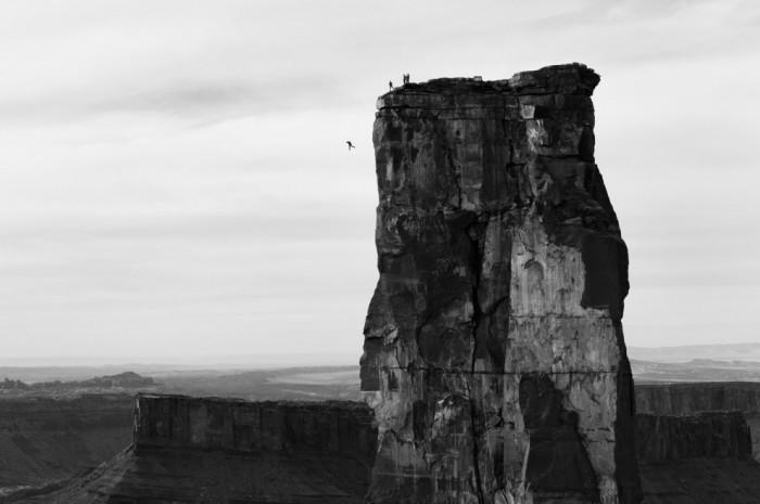 Бейсджамперы прыгают со 120-метровой башни Каслтон Тауэр в долине Каслтон, штат Юта