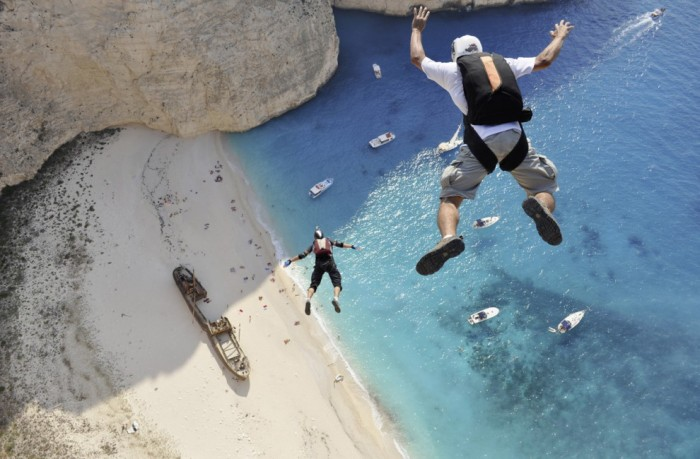 Финалист конкурса Dimitrios Kontizas, остров Закинтос в Греции на соревновании «ProBase Shipwreck Boogie», 30 бейсджамперов со всего мира