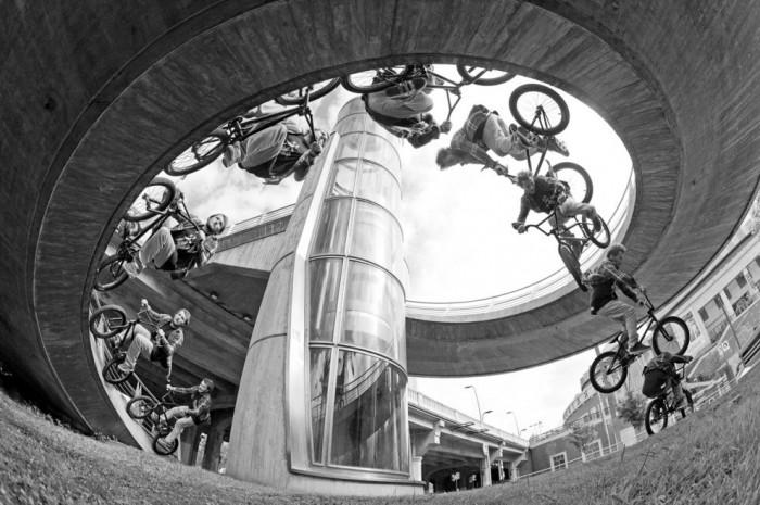 Фотография французского велосипедиста Люка Легранда, сделанная Винсом Перродом, стала финалистом конкурса в категории Последовательность кадров