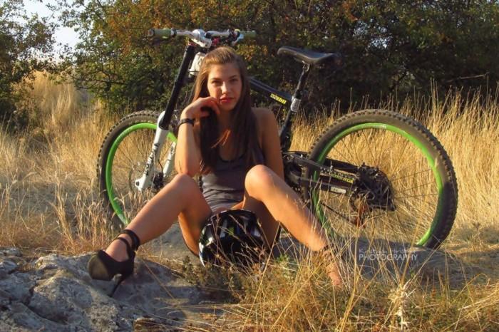 голая на велосипеде girls on downhill bikes