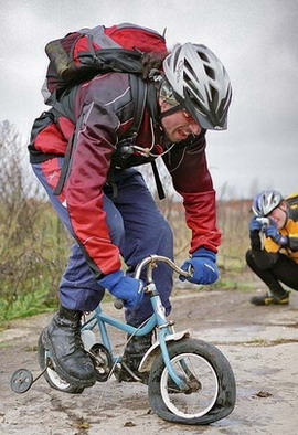 Велосипедист против хулигана