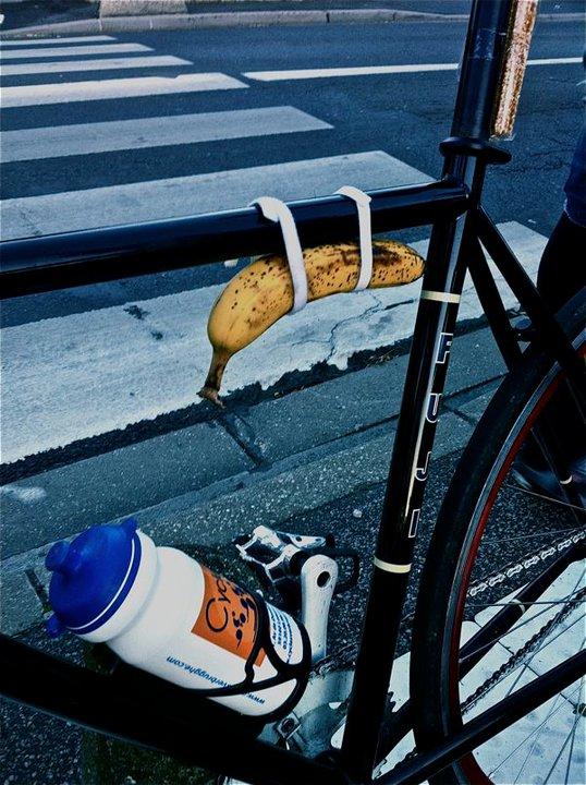 Велосипедисты любят кушать бананы