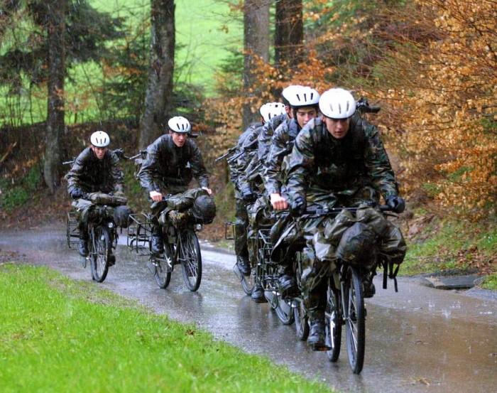 солдаты на велосипедах
