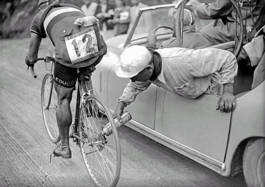 А ведь когда-то приходилось смазывать велосипедную цепь и вот так