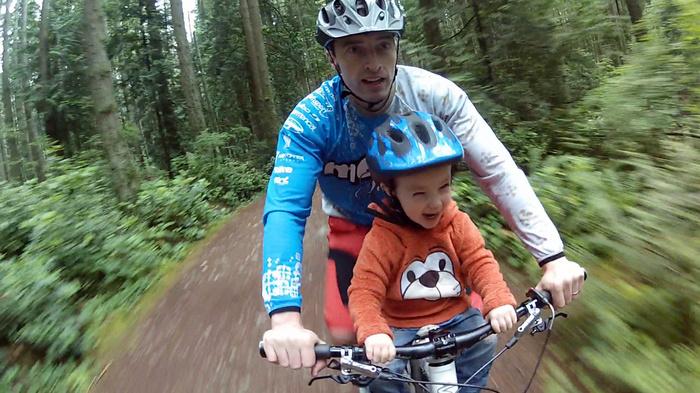 На горном велосипеде с детенышем. Правильное детскре сиденье