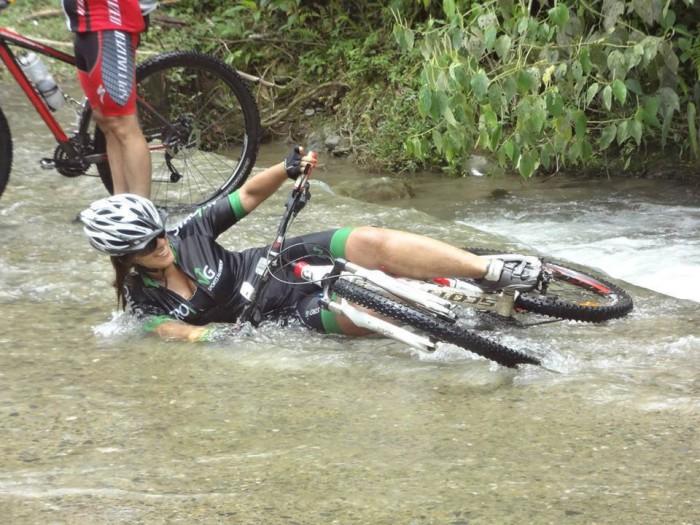велосипедистка упала
