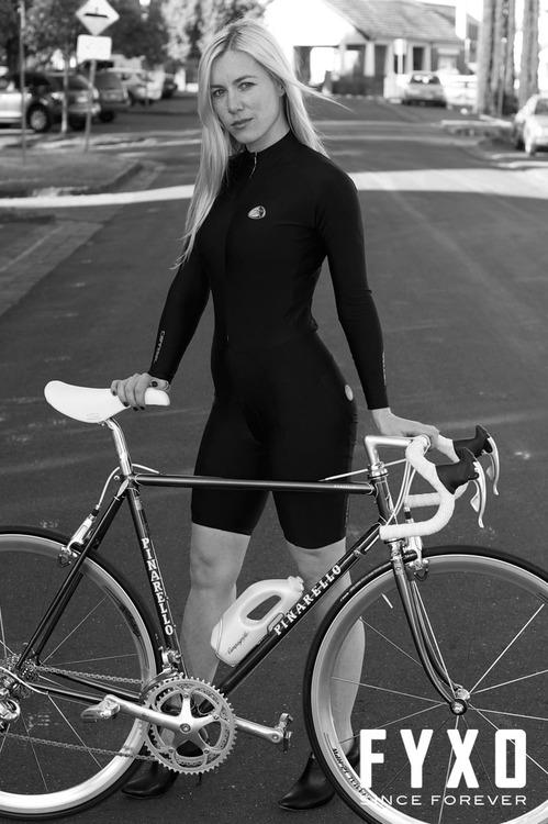 Велосипед Pinarello Dogma и девушка в черной раскраске
