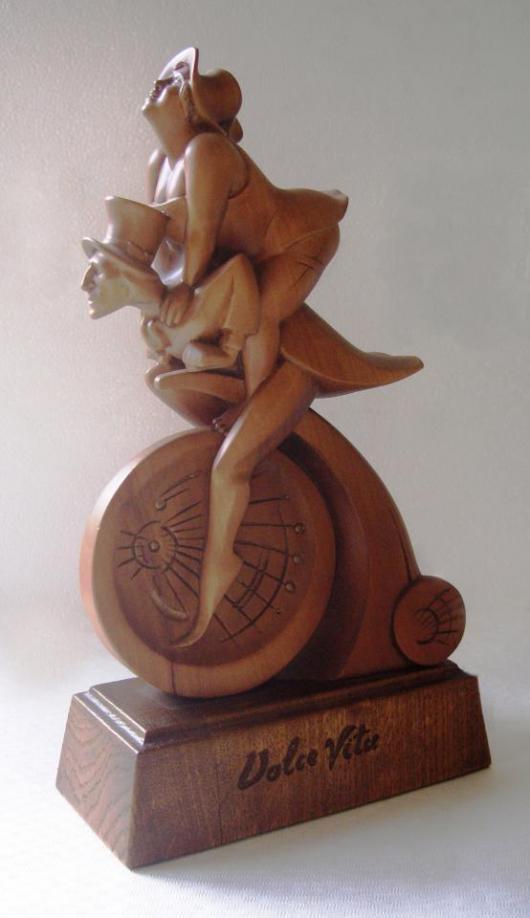 скульптура из дерева - двое на велосипеде