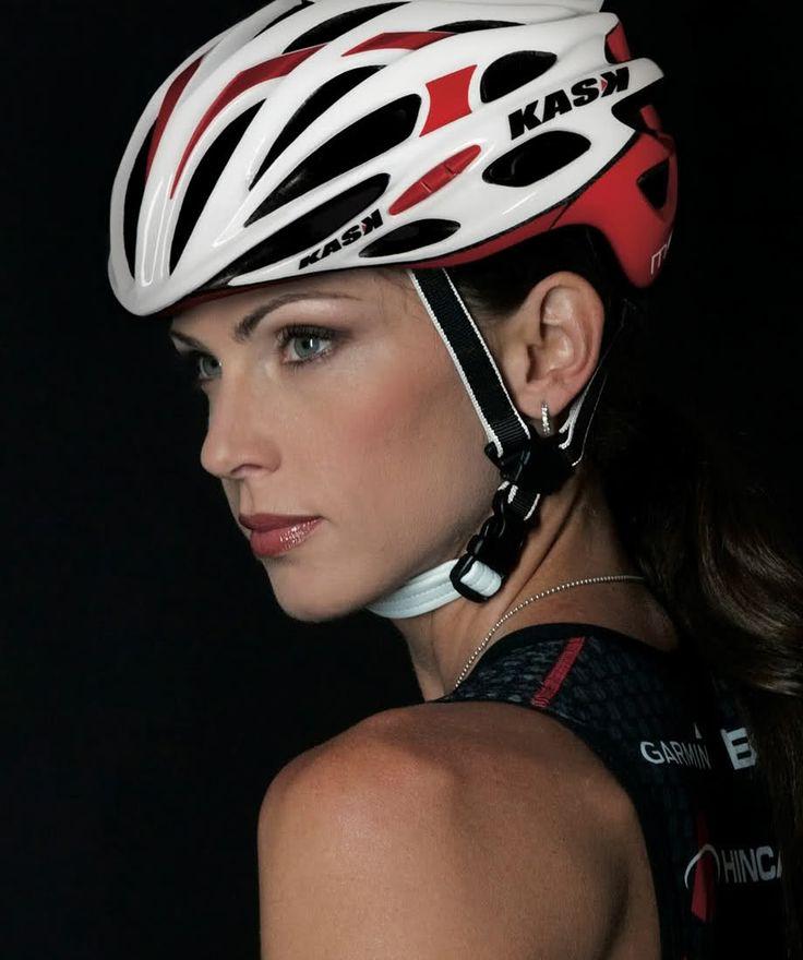 велосипедистка в шлеме