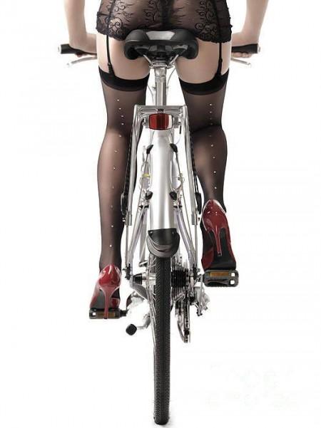 Голая в розовом на велосипеде