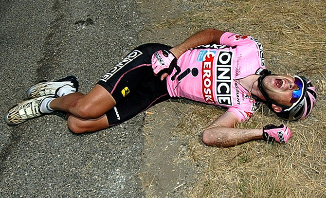 завалов на Тур де Франс Once team's Spanish rider Joseba Beloki grimaces in pain after crashing during the 9th stage of the ..