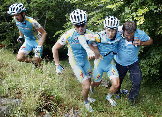 Александр Винокуров Astana rider Vinokourov of Kazakhstan is carried by teammates after a fall during the ninth stage of the Tour de France 2011 cycling race from Issoire to Saint-Flour