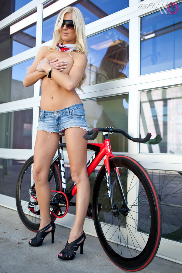 Девушка Alysson и ее велосипед 2009 Fuji Track Pro
