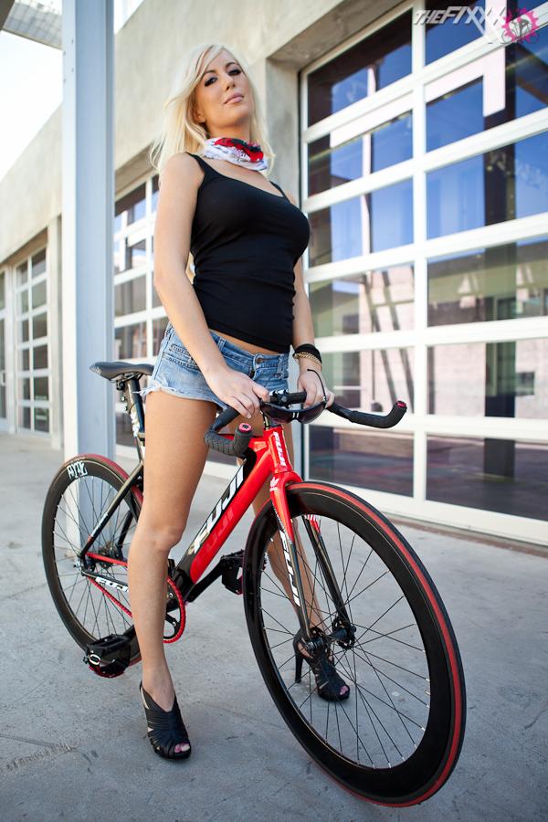 alysson and bike fuji-track pro (1)