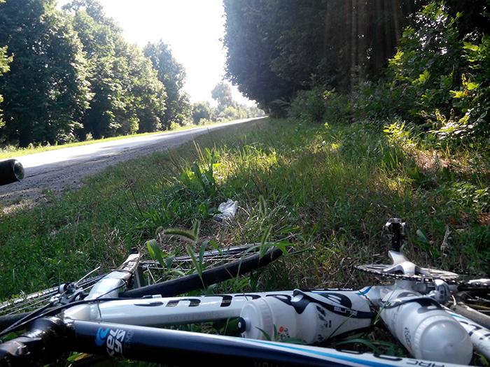 привал перекус велосипед в траве