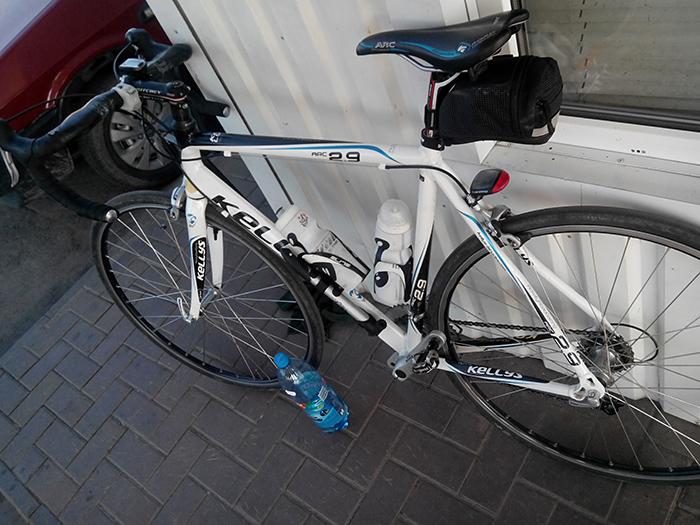 велосипед возле заправки