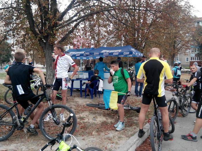 велосипедистов угощали мороженым