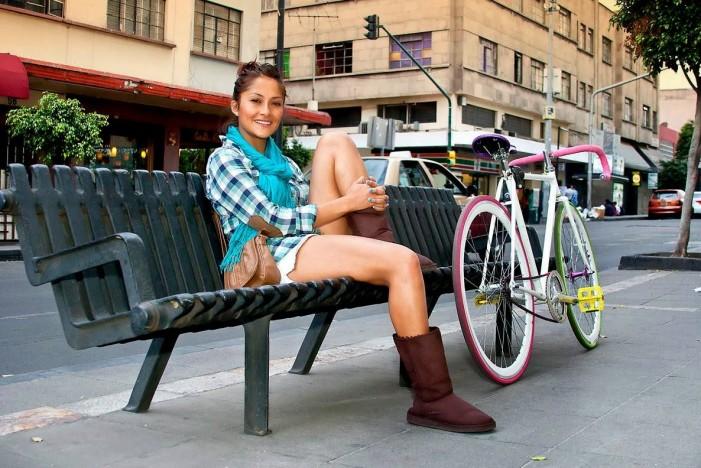девушка голая на велосипеде