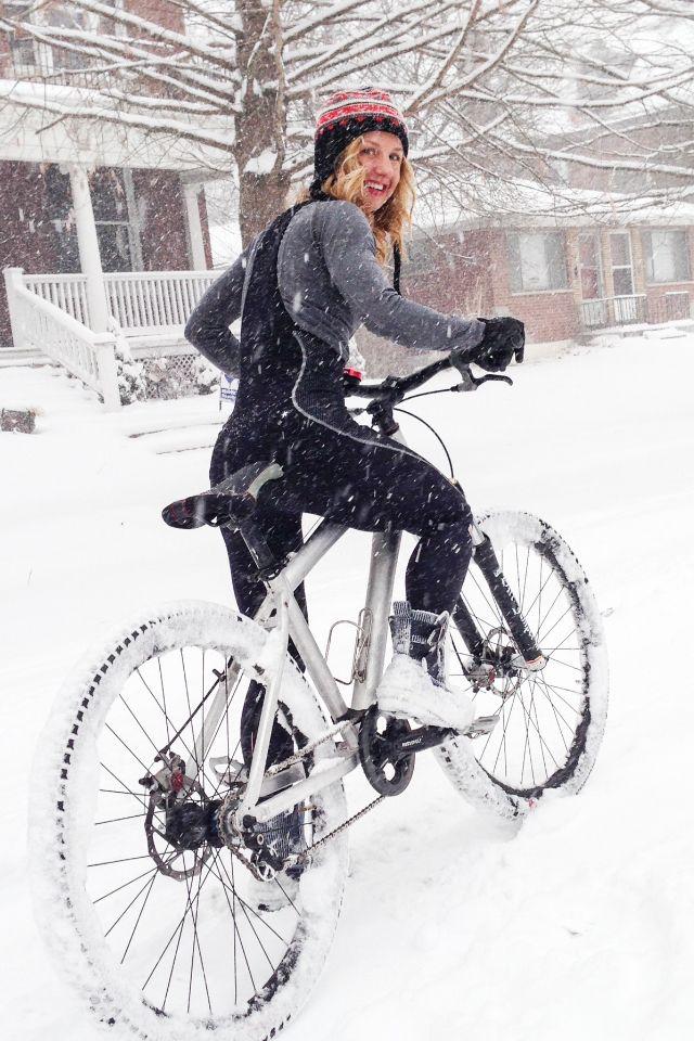 девушка на велосипеде по снегу зимой