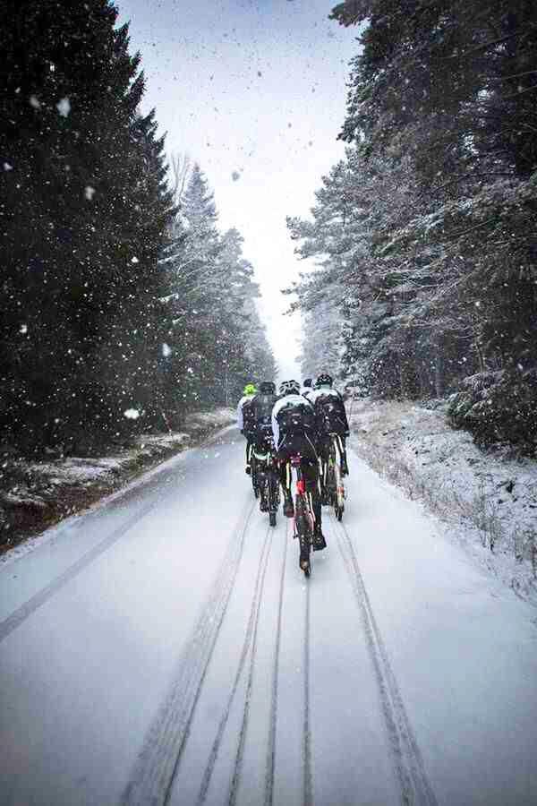 снег, зима и велосипеды