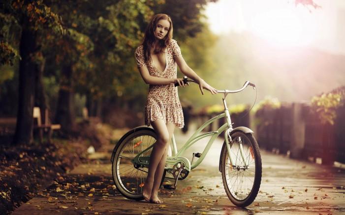 Обои для рабочего стола: Милая девушка на велосипеде