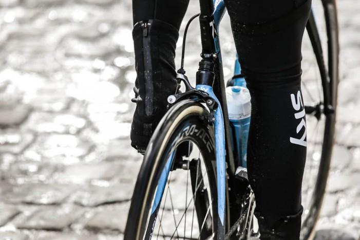 новый велосипед Pinarello Dogma K8-S с амортизацией вид сзади