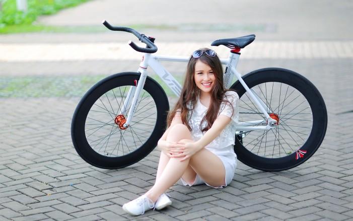 Обои для рабочего стола: велосипед фиксед и девушка