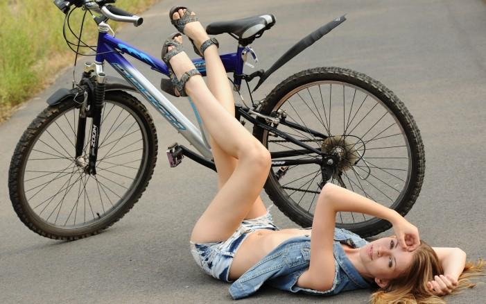 Обои для рабочего стола: девушка и велосипед ноги вверх