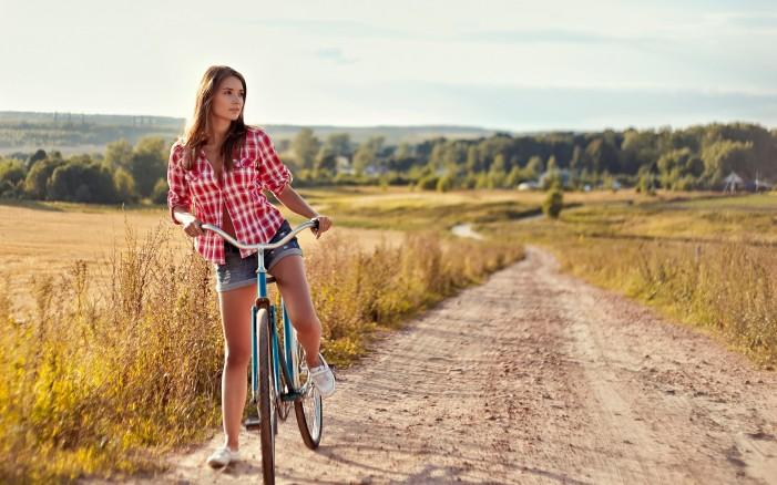 Обои для рабочего стола: девушка и велосипед полевая дорога