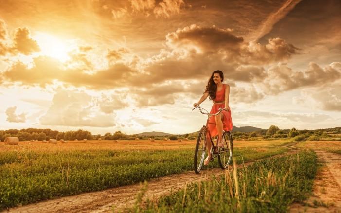 Обои для рабочего стола: девушка и велосипед закат солнца