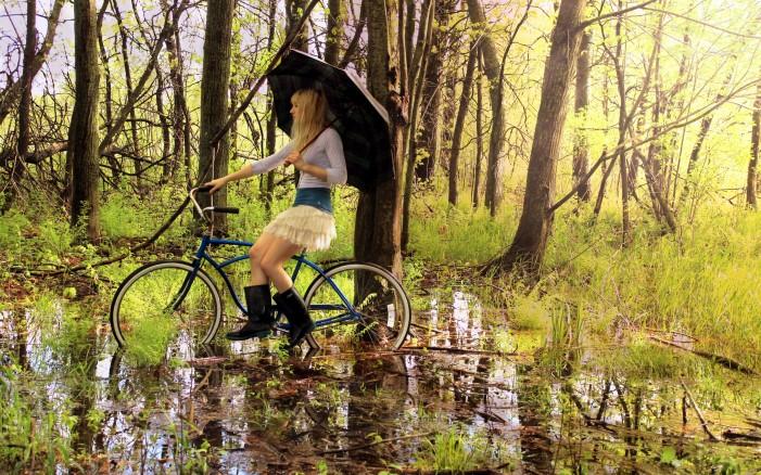 Обои для рабочего стола: девушка в болоте и велосипед