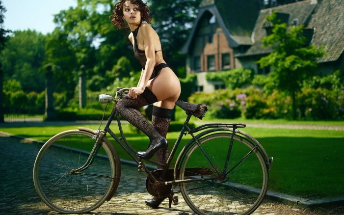 Обои для рабочего стола: девушка и старый велосипед