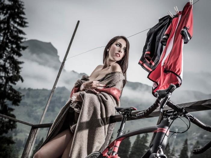 Голая девушка сушит велоформу