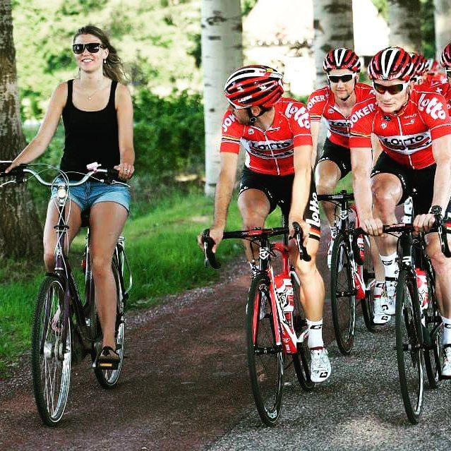 голая девушка на велосипеде и велосипедисты спортсмены