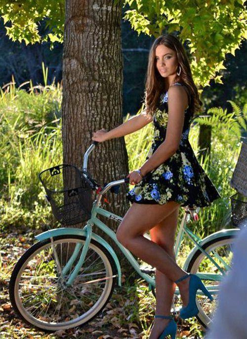 красиваядевушкана велосипеде