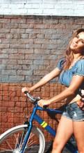 Красивая девушка на велосипеде обои (3)