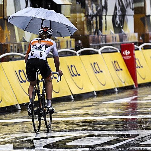девушка под зонтом на велосипеде