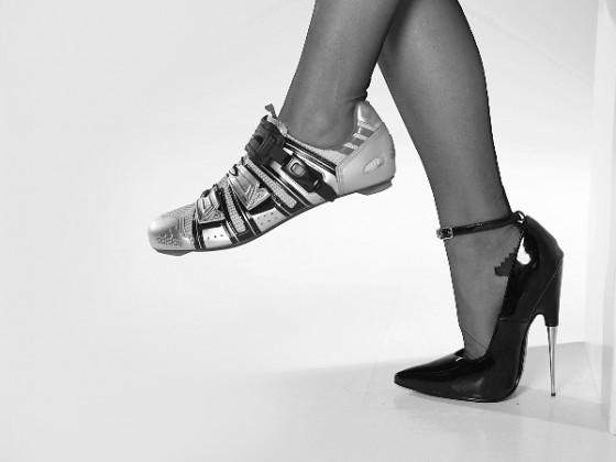 голая  девушка и велосипедные туфли