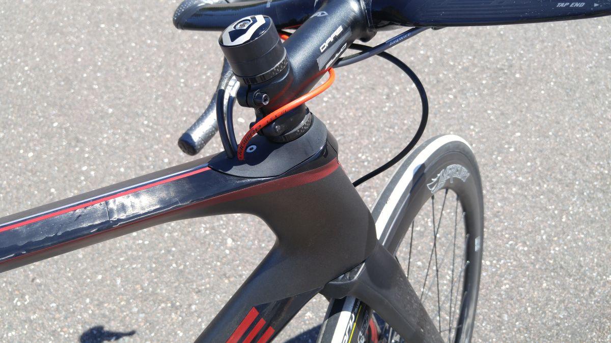 Рулевая необычной формы шоссейного велосипеда Dare VSR Aero
