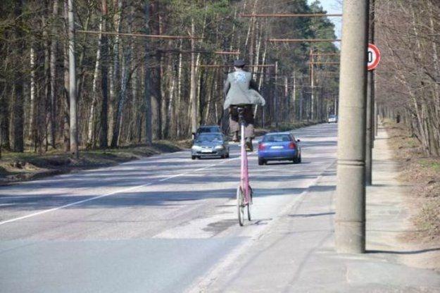 vysokijj-velosiped-edet-po-doroge