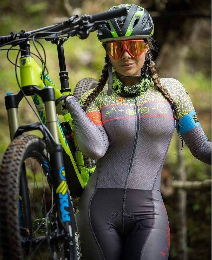 велосипедистка голая на велосипеде