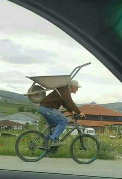 велосипедист с тачкой
