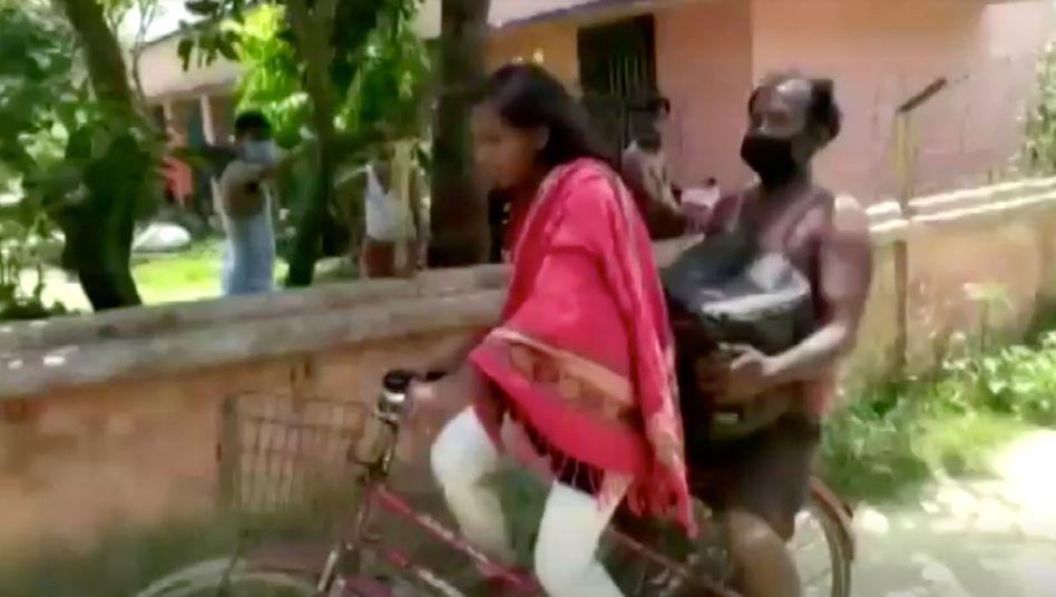 Индийская девока на велосипеде